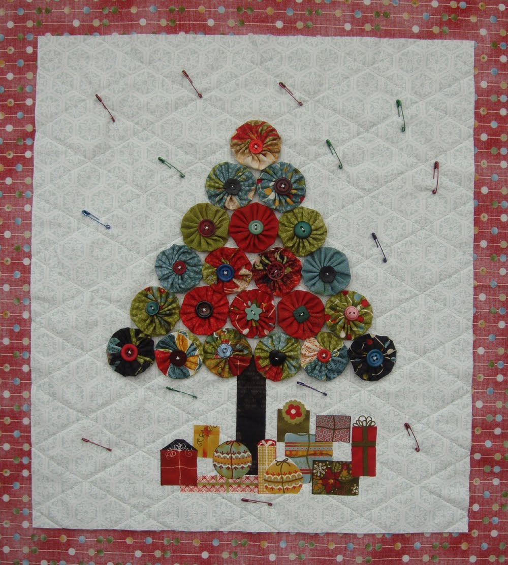 Folded fabric christmas tree - Fold The Backing Fabric Over Twice To Form A Binding For The Quilt Stitch In Place On The Front Of The Quilt